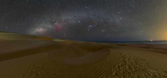 Zimní obloha nad z dun Chaves ostrova Boa Vista. Duny jsou žel nasvětelny světělným znečištěním rezortů a města za zády, ale celkově je to i tak fantastický pocit v takovéto krajině stát a kochat se nebem. Autor: Petr Horálek.