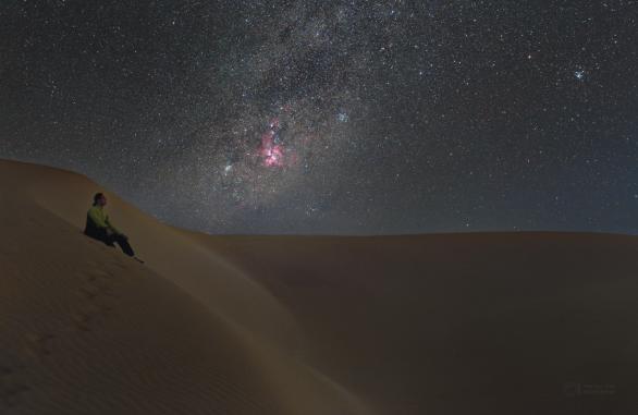 Výhled k mlhovině Carina z pouště Viana. Autor: Petr Horálek.