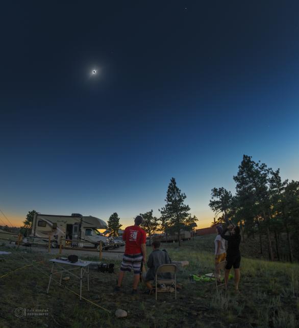 Moment, kdy se tají dech... Čtyři Češi v americkém Wyomingu podléhají kouzlu úplného zatmění 21. srpna 2017. Autor: Petr Horálek, Miloslav Druckmüller.
