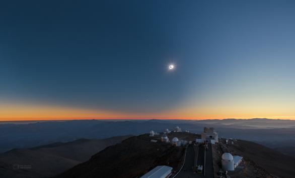 Měsíční stín přichází, zatmění začíná! Autor: Petr Horálek/ESO.