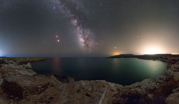 Výhled k zatmění Měsíce a Marsu 27. července 2018 nad zátokou ostrova Rhodos. Autor: Petr Horálek.