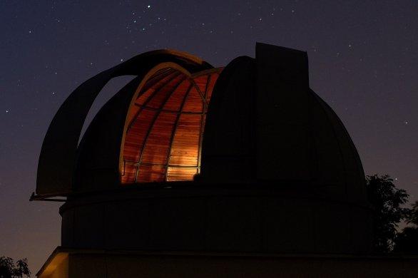 Noční pohled na kopuli Hvězdárny Benátky nad Jizerou Autor: Václav Bárta