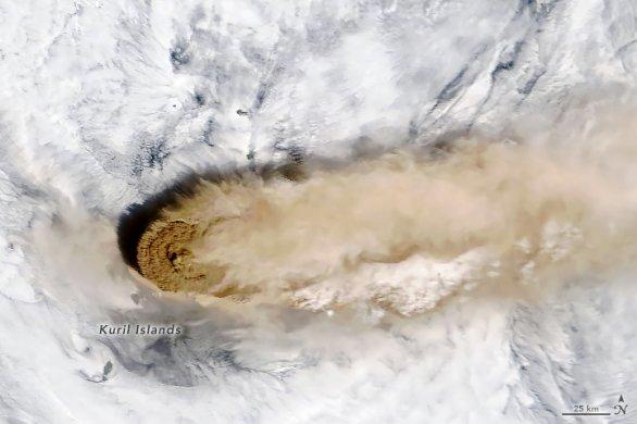 Družicový pohled na oblak sopečného popela nad sopkou Raikoke. Autor: ISS/NASA.