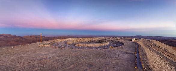 Kráter na Cerro Armazones již nabývá tvaru půdorysu budoucí budovy pro největší dalekohled světa. Snímek zachycuje i výrazné antikrepuskulární paprsky po západu Slunce. Autor: Petr Horálek/ESO.