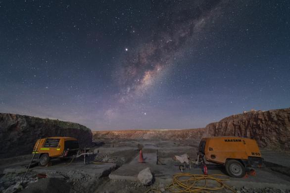 Centrum Mléčné dráhy za stavebními stroji v konstrukční oblasti ELT, budoucího největšího dalekohledu světa, se zjevuje už za soumraku na ještě modré obloze. Autor: Petr Horálek/ESO.