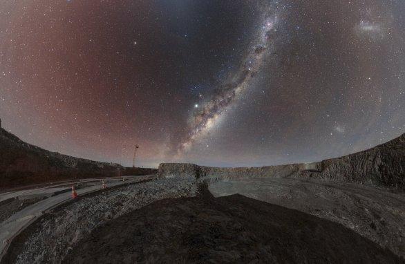 Mléčná dráha nad centrálním kráterem budoucí 86 m široké budovy ELT (centrální část kráteru je vpravo dole). Vpravo nahoře je rovněž Velké Magellanovo mračno. Autor: Petr Horálek/ESO.