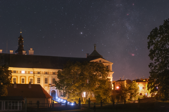 Mlhovina Laguna za Broumovským klášterem. Autor: Petr Horálek.