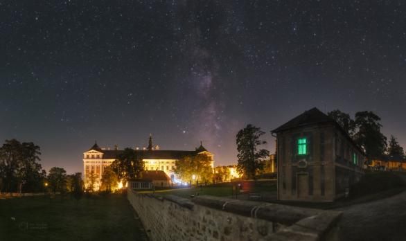 Snová noc ze zahrady Broumovského kláštera. V popředí v pravo je Dům Galerie. Autor: Petr Horálek.