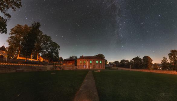 Dům Galerie a klášterní zahrada Broumovského kláštera. Na nebi je krom Mléčné dráhy vidět i airglow. Autor: Petr Horálek.