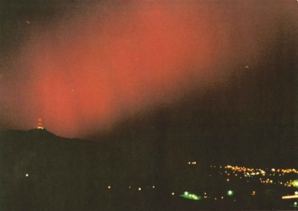 Polární záře 17. listopadu 1989 z Javorníku u Liberce. Autor: Jiří Kapras - Vesmír č. 12/1990.
