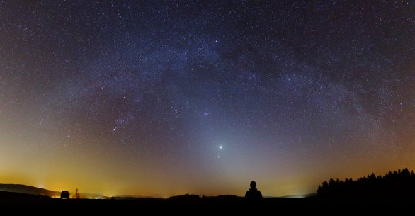 Zvířetníkové světlo pod obloukem Mléčné dráhy, jasná Venuše (a Jupiter) nad jižní Moravou. Autor: Pavel Karas.