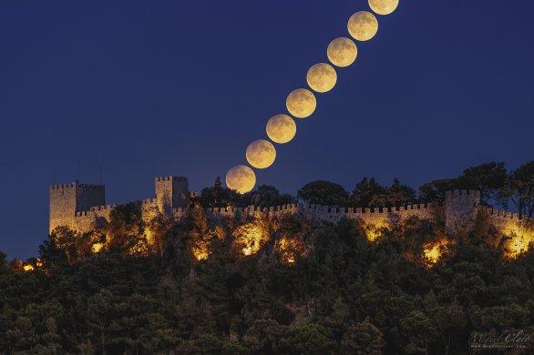 Východ polostínově zatmělého Měsíce 16. září 2016 nad hradem Sesimbra. Autor: Miguel Claro.