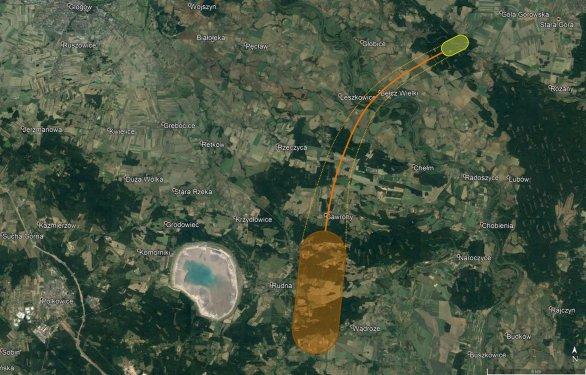 Obrázek 3. Schematické znázornění pádové oblasti bolidu EN050120_030159. Malé, řádově gramové meteority by měly být v jižní části (ohraničeno hnědě), hlavní kus by měl ležet v severovýchodní části vyznačené oblasti (ohraničeno žlutě). Poznámka: kruhový útvar vlevo nemá s dopadovou oblastí meteoritů nic společného, jedná se o důl na měď. Autor: Google/Astronomický ústav AV ČR