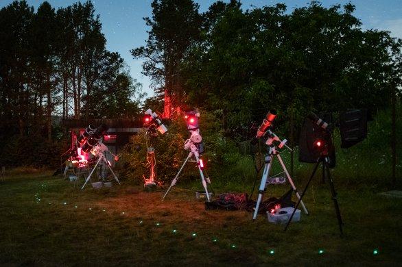 Stanoviště skupiny Digitální astrofotografie na pozorovací louce během Astronomické expedice 2019. Autor: Pavel Váňa