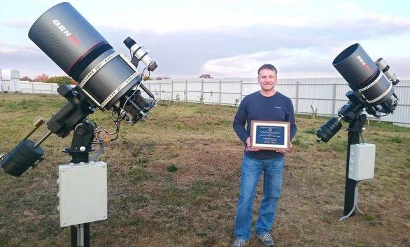 Genadij Borisov s certifikátom za objav kométy pri telekopoch GENON Max. Autor: Genadij Borisov