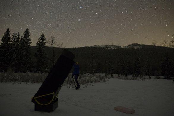 Ladin u svého dalekohledu - neupravené foto z 20. ledna na Rozdroze Autor: Martin Gembec