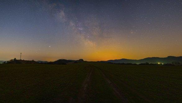 Ranní pohled na Mléčnou dráhu 4. dubna 2020 - vpravo jasný Antares ze souhvězdí Štíra, vlevo jasný Jupiter a vlevo od něj slabší Saturn a Mars. Autor: Roman Vaňúr
