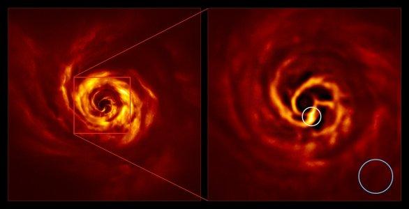 Snímek hvězdy AB Aurigae zachycuje disk v jejím okolí. Vpravo je zvětšenina centrální oblasti levého snímku a zachycuje vnitřní partie disku. Blízko středu pravého snímku je patrný zlom ve struktuře disku označovaný jako 'twist' (jasná žlutá barva), o kterém se vědci domnívají, že ukazuje na přítomnost formující se planety. Útvar se nachází od hvězdy AB Aurigae v podobné vzdálenosti jako Neptun od Slunce. Záběr byl pořízen dalekohledem ESO/VLT a přístrojem SPHERE v polarizovaném světle. Autor: ESO/Boccaletti et al.