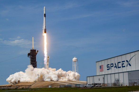 Start rakety Falcon 9 s Crew Dragonem na špici 30. 5. 2020 na misi Demo 2 s astronauty Bobem Behnkenem a Dougem Hurleyem na palubě Autor: SpaceX