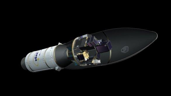 Na obrázku je zleva horní stupeň rakety Vega Zefiro-9, dále Attitude Vernier Upper Module (AVUM), který pomáhá umístit náklad na vhodnou oběžnou dráhu a samotný dispenser české firmy S.A.B. Aerospace s družicemi pod aerodynamickým krytem Autor: ESA - J. Huart