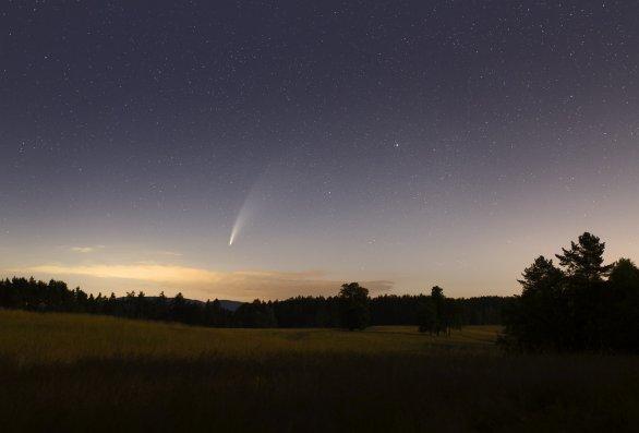 Kometa C/2020 F3 (NEOWISE) 12. 7. 2020 z oblasti Ralska. Canon 6D, objektiv Sigma Art 35 mm. Autor: Martin Gembec