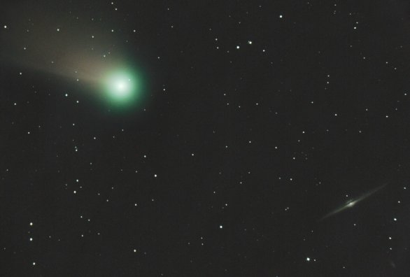 Kometa C/2020 F3 (NEOWISE) u galaxie NGC4565 1. srpna 2020 kolem 23:00 SELČ Autor: Martin Gembec