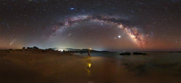 Úžasné podmínky na Krétě – majestátní oblouk Mléčné dráhy, jasné planety Jupiter a Saturn a jako bonus jasná kometa NEOWISE (úplně vlevo). Autor: Tomáš Slovinský