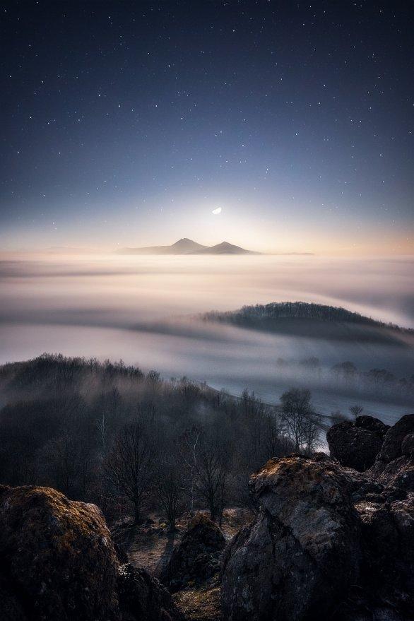 Západ Měsíce nad sopkami. Autor: Lukáš Veselý