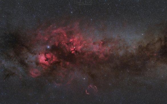 Mlhoviny v Labuti v netradiční kombinaci h-alfa a RGB Autor: Ondrej Králik