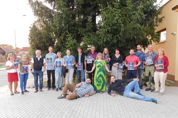 Vítězní účastníci na vyhodnocení soutěže Nebeské kouzlení v Mokrém 19. září 2020. Uprostřed také tři z porotců - Petr Komárek (vlevo dole), Dagmar Honsnejmanová (v zeleném) a Petr Horálek (vpravo dole). Autor: Dagmar Honsnejmanová.