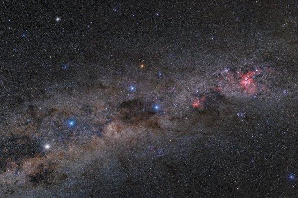 Souhvězdí Jižního Kříže (uprostřed) a jeho okolí je pozorovatelné jen z jižních končin naší planety. Autor: Petr Horálek/ESO.
