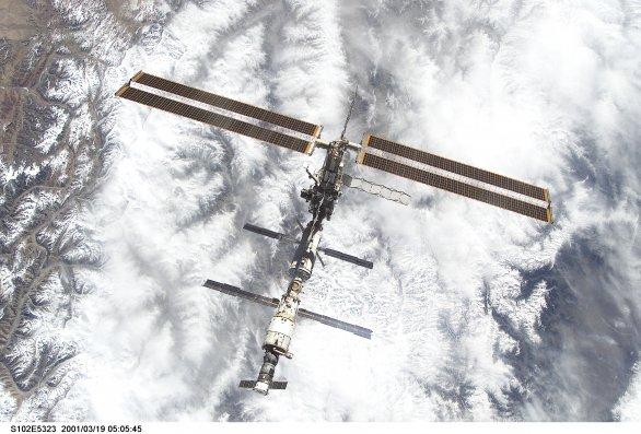 Mezinárodní vesmírná stanice ISS z raketoplánu Discovery (mise STS-102)