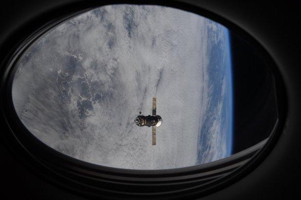 Progress MS-15 odlétá od ISS - pohled z okna Crew Dragonu