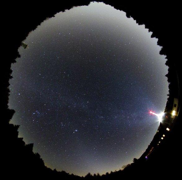 Obloha pod vrcholem Ještědu. Dole kužel zvířetníkového světla. Autor: Martin Gembec