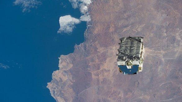 Paleta se starými nikl-vodíkovými bateriemi se pomalu vzdaluje od Mezinárodní vesmírné stanice Autor: NASA