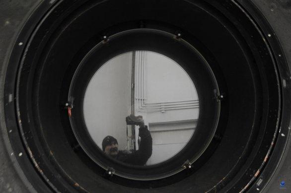 Pohled do tubusu dalekohledu a na korekční desku s průměrem 0,8 m. Autor: Zdeněk Bardon