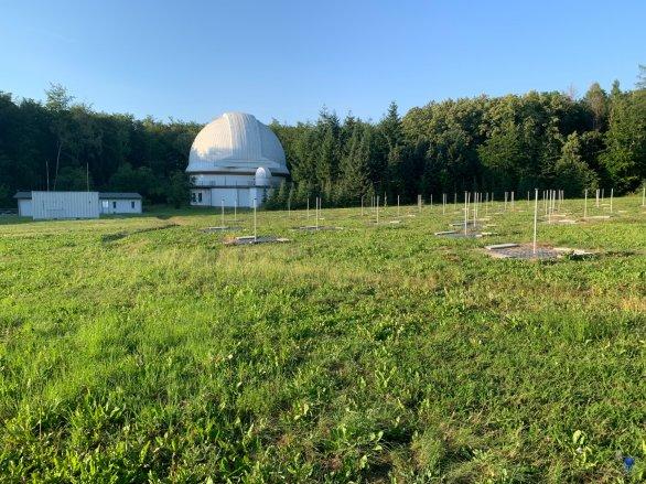 Kopule dalekohledu Alfred Jensch a radioteleskop LOFAR na observatoři v Tautenburgu Autor: Zdeněk Bardon