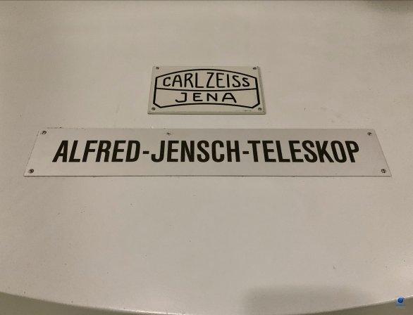 Deska se jménem dvoumetrového dalekohledu - Alfred Jensch. Observatoř Tautenburg, Německo. Autor: Zdeněk Bardon