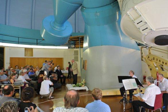 Slavnostní shromáždění u příležitosti pojmenování dvoumetrového dalekohledu na Perkův dalekohled. Autor: Zdeněk Bardon