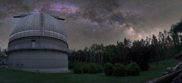 Panorama Mléčné dráhy nad kopulí Perkova dalekohledu Autor: Zdeněk Bardon