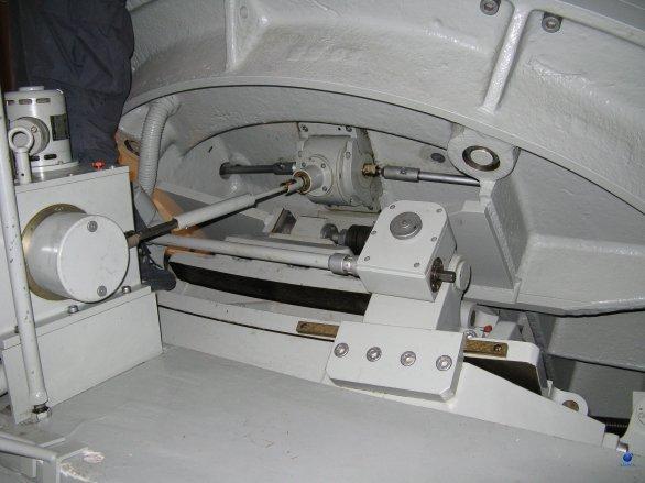 Pohled na převodovku pohonu hodinové osy dvoumetrového dalekohledu observatoře Rozhen Autor: Zdeněk Bardon