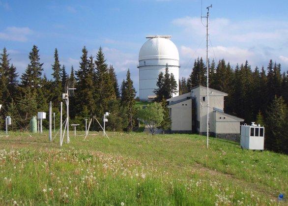 Pohled na vysokou budovu dvoumetrového dalekohledu. Observatoř Rozhen, Bulharsko. Autor: Zdeněk Bardon