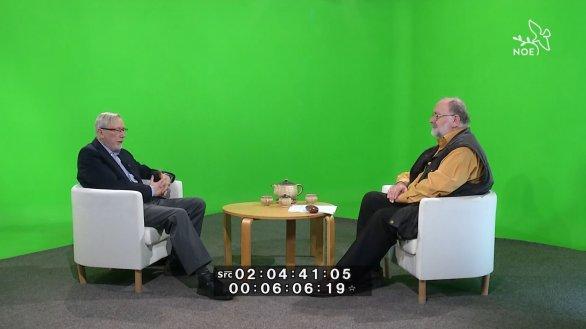 Ukázka z natáčení pořadu Hlubinami vesmíru - RNDr. Petr Heinzel (vlevo) a moderátor pořadu Jindřich Suchánek. Na zelené pozadí se klíčují barevné fotografie. Autor: TV Noe