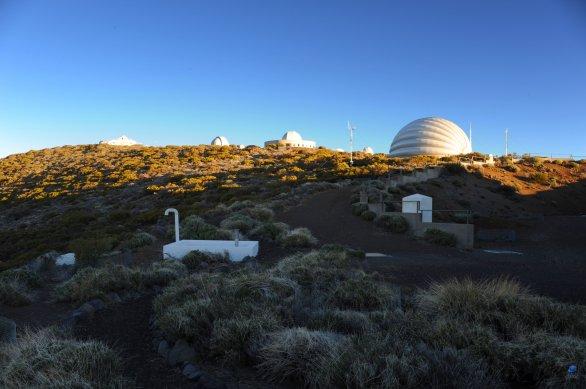 Část observatoře Teide na ostrově Tenerife. Napravo od středu - nafukovací kopule. Autor: Zdeněk Bardon