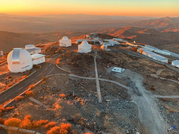 Ubytovací komplex a starší část observatoře ESO, La Silla, Chile v záři zapadajícího Slunce Autor: Zdeněk Bardon