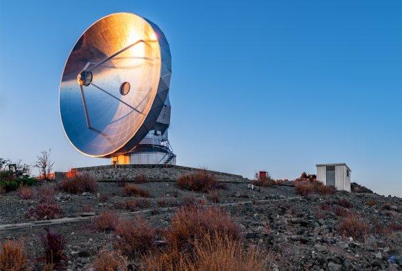 Radioteleskop SEST v záři zapadajícího Slunce. ESO, La Silla, Chile Autor: Zdeněk Bardon