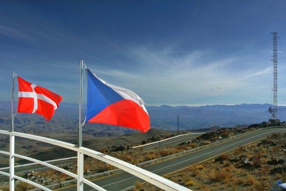 Dánská a česká vlajka na ochozu Dánského 1,54 m dalekohledu. ESO, La Silla, Chile Autor: Zdeněk Bardon