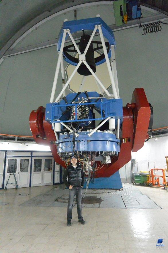 Dalekohled 2,2 m MPG v porovnání s velkostí člověka. ESO, La Silla, Chile Autor: Zdeněk Bardon