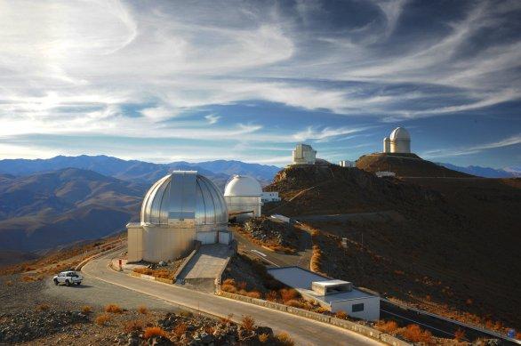 Kopule dalekohledu MPG 2,2 m a část observatoře ESO, La Silla, Chile Autor: Zdeněk Bardon