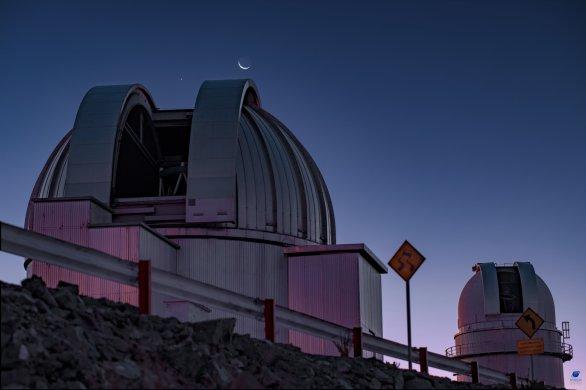 Měsíc a planeta Venuše nad kopulí dalekohledu MPG. ESO, La Silla, Chile Autor: Zdeněk Bardon